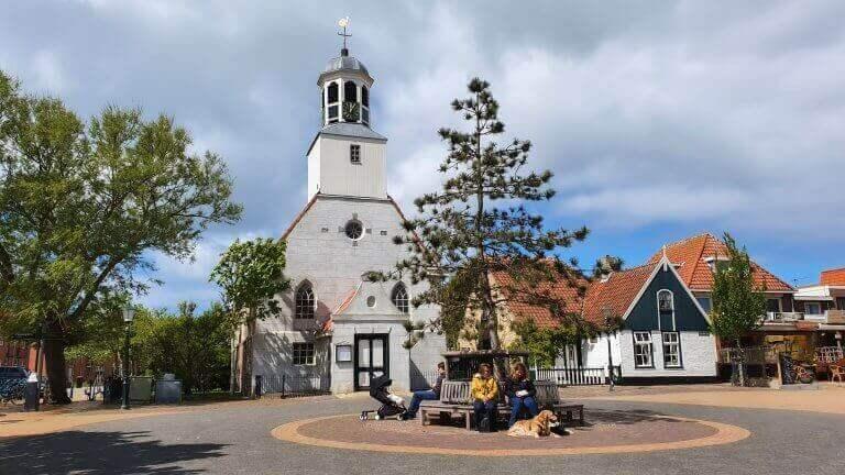 Het kerkje middenin De Koog