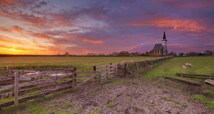 Zonsopgang bij het kerkje van Den Hoorn